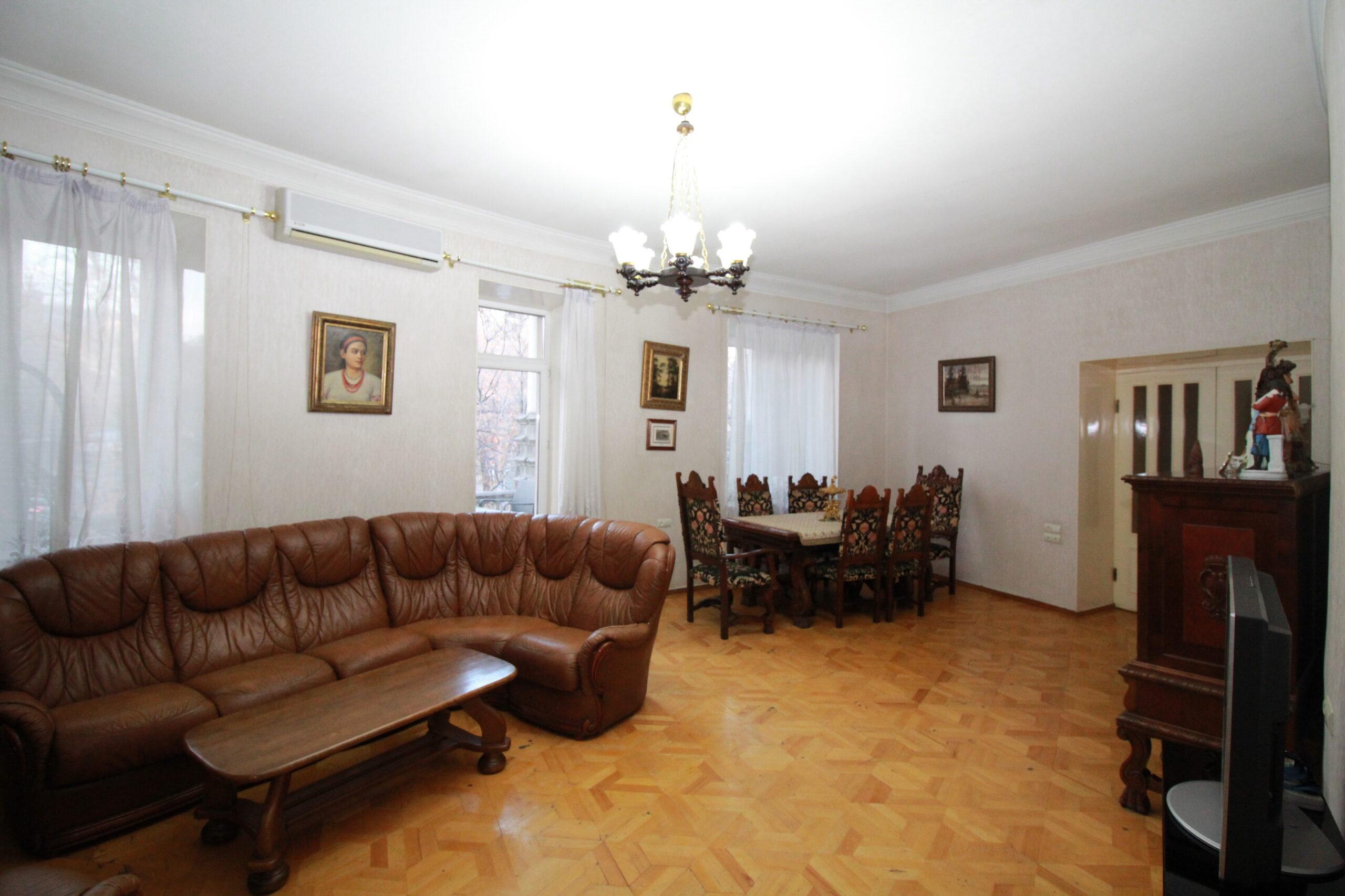 Մոսկովյան փողոցի լավագույն շենքերից մեկում բնակարան հիանալի տեսարանով Կոդ KR152